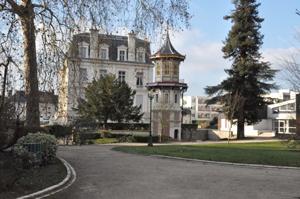 pagode de romorantin, mairie en arri�re plan